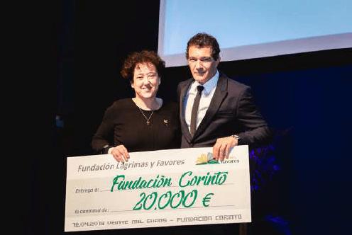 La entonces presidenta de la Fundación Corinto, María del Carmen Ledesma, junto al presidente de la Fundación Lágrimas y Favores, Antonio Banderas, recibiendo el donativo.