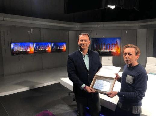 """El entonces secretario de la Fundación, José María Romero, recibió el premio de manos del director del programa """"Guión"""", Rafael Acejo."""