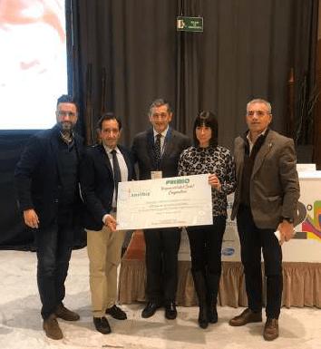 Acto de entrega de la donación de los miembros del Grupo Pediátrico Uncibay al actual presidente de la Fundación Corinto, José Manuel Chaves.