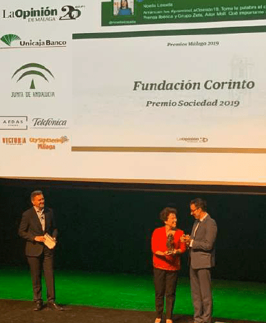 La presidenta de Corinto, María del Carmen Ledesma, recibió el premio concedido por el diario La Opinión de Málaga.